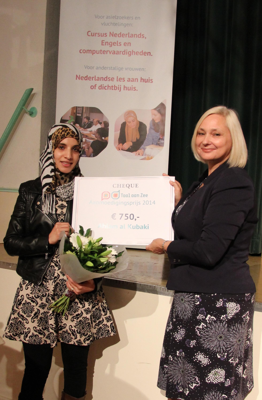 Ahlam ontvangt cheque uit handen van Ingrid Suasso.